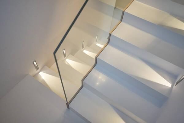 Лестница из акрилового камня