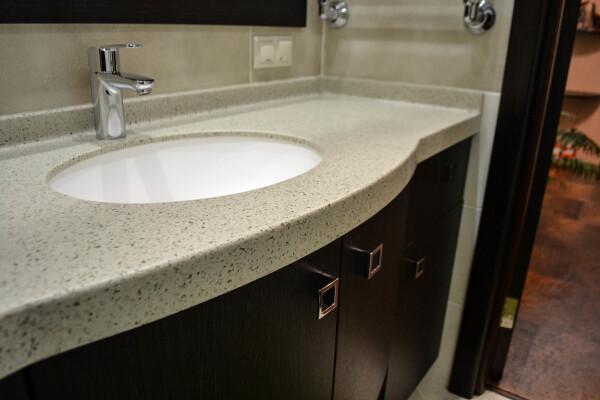 Акриловый камень в ванной комнате