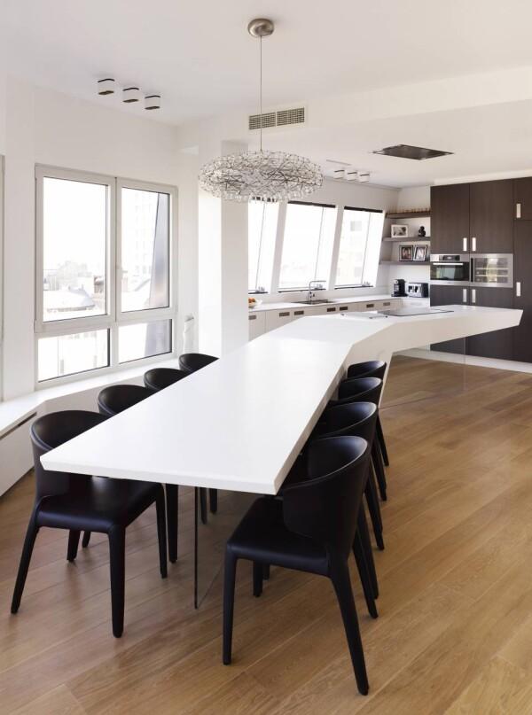 Большой белый стол из акрила на кухне
