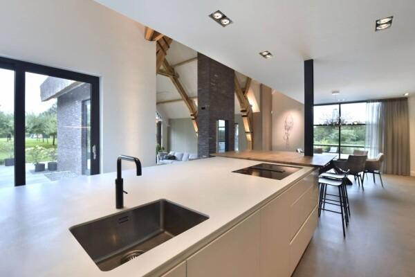 Светлая столешница из акрилового камня на кухне