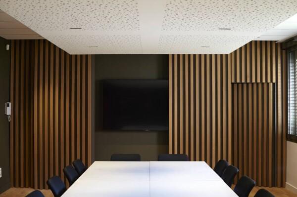 Большие столы из белого акрилового камня в офисе