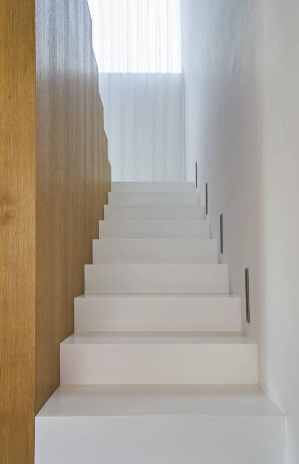 Белая лестница из акрилового камня