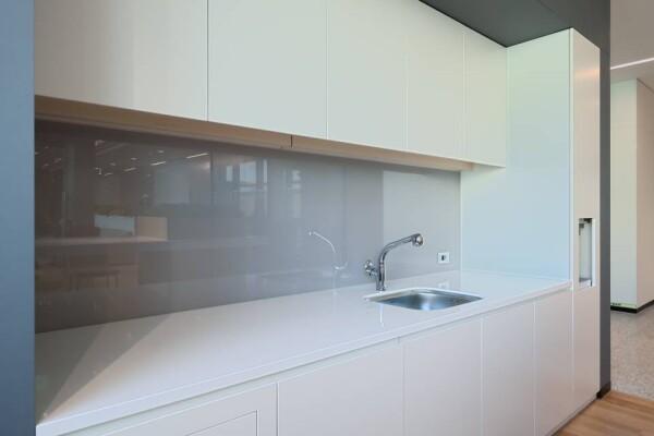 Большая белая столешница из акрила на кухне