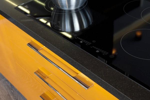 Столешница из кварца с варочной панелью на кухне