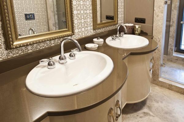 Коричневая столешница для ванной комнаты из кварца
