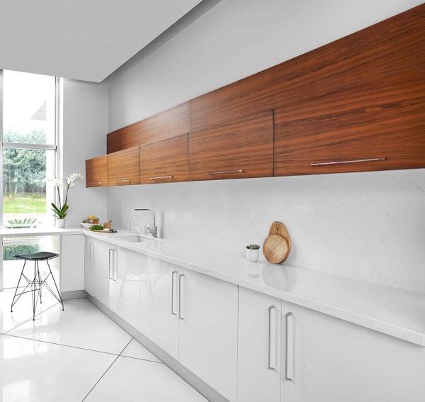 Белая кварцевая столешница на кухню