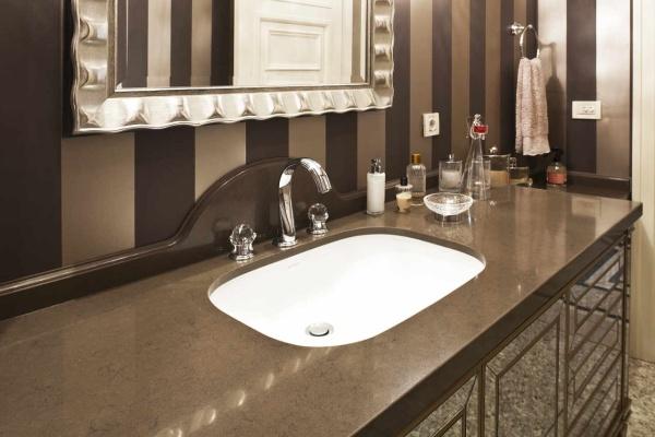 Коричневая столешница в ванную комнату из кварца