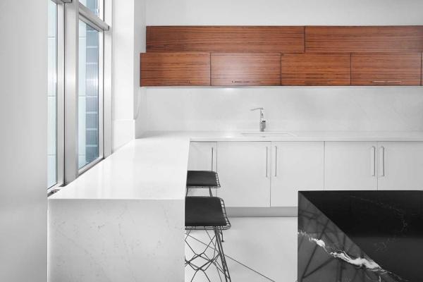 Белая столешница из кварца для кухни