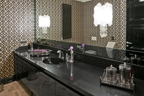 Черная столешница из кварцевого камня в ванной комнате