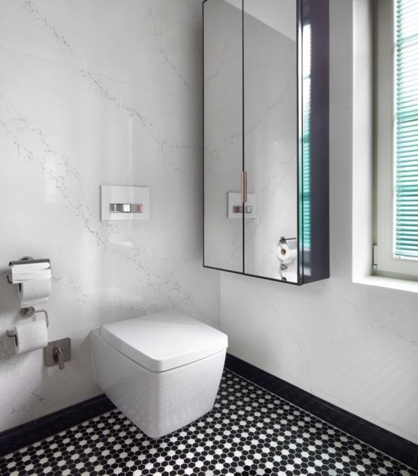 Отделка стен из кварцевого камня в ванной и туалете