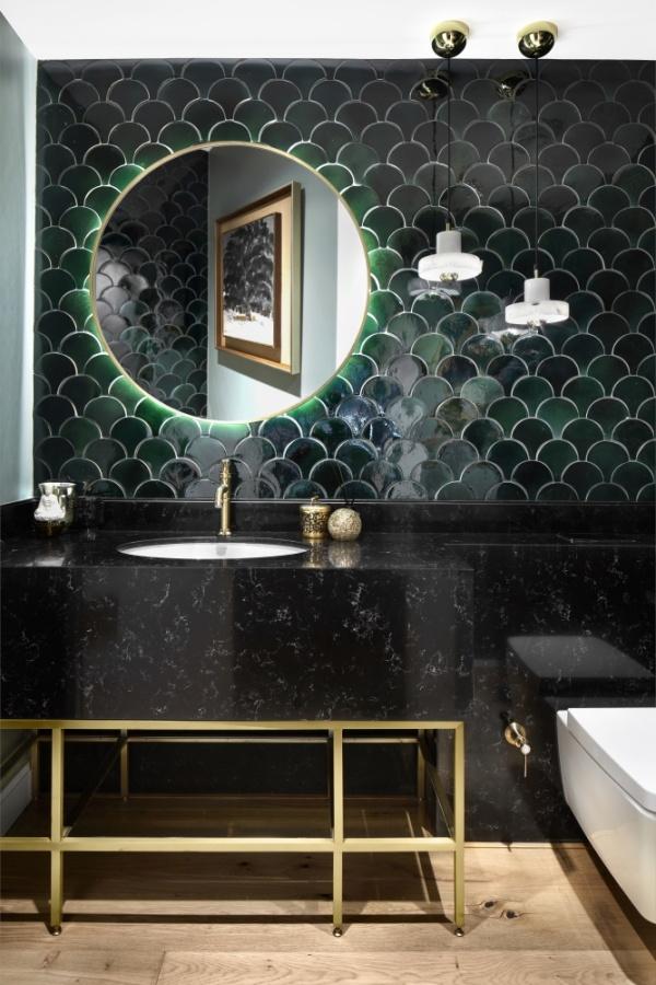 Черная столешница под мрамор из кварцевого камня в ванной комнате