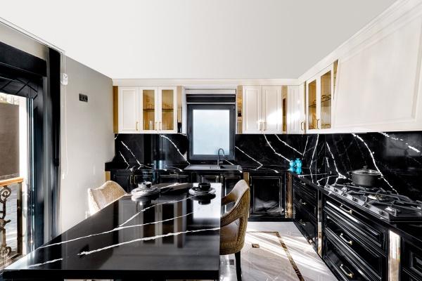 Черная столешница под мрамор на кухне