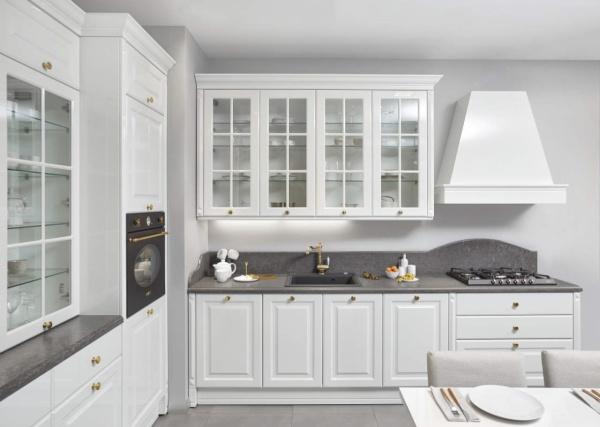 Светлая кухня с серой столешницей из кварца