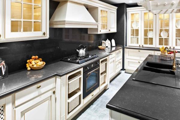 Чёрная столешница на кухню из кварца