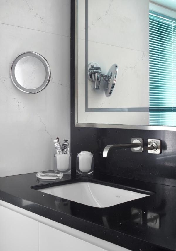 Небольшая черная столешница из искусственного камня (кварц) в ванной комнате