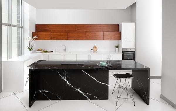 Черная столешница-рабочая поверхность из кварцевого камня под мрамор на кухню