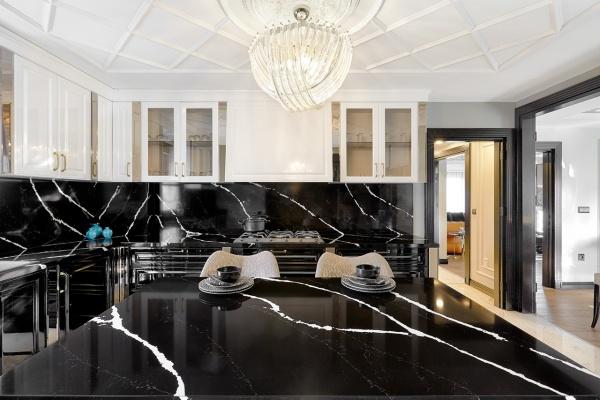 Черная мраморная столешница из кварца на кухне