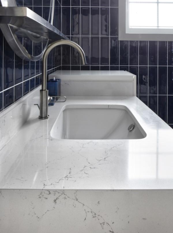 Белая мраморная столешница из кварцевого камня в ванной