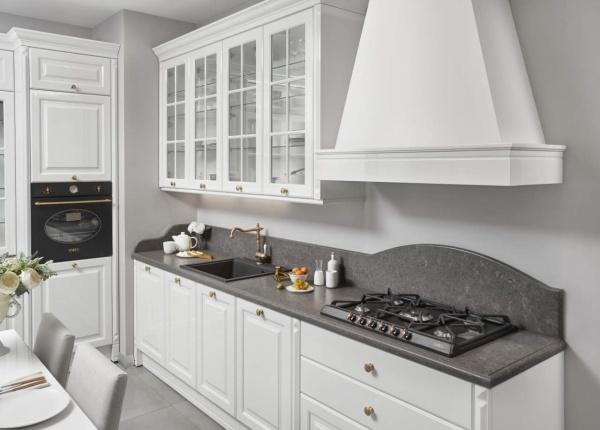 Столешница из кварца с высоким пристенным бортиком на кухне