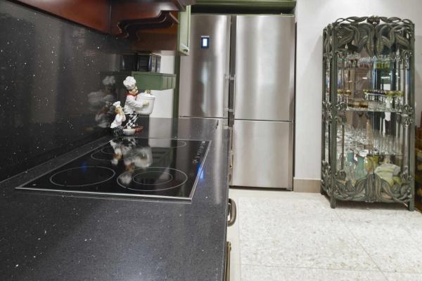 Черная столешница из кварца под гранит на кухне